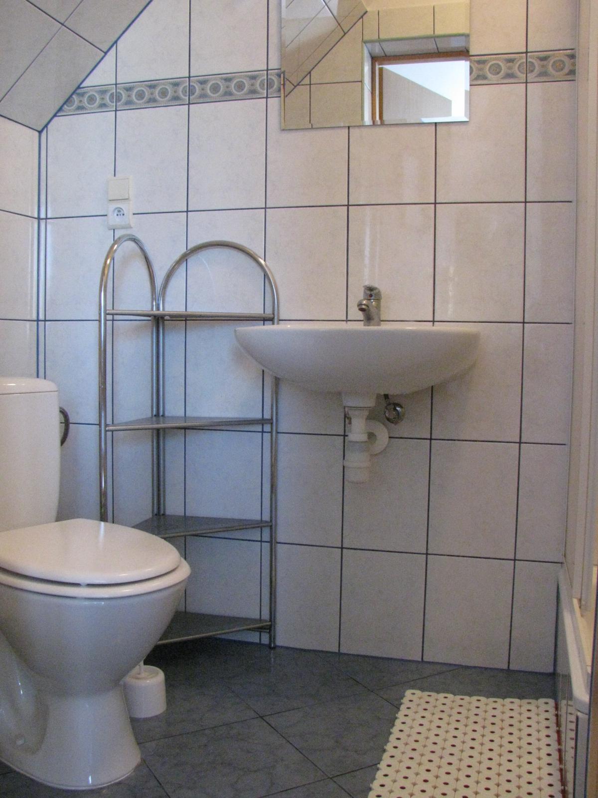 Tanie noclegi Jarosławiec noclegi nad morzem łazienka pokoju 6-3